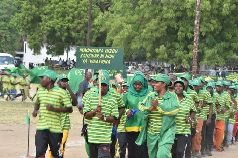 Vijana wa Chama cha Mapinduzi CCM wakipita mbele ya mgeni rasmi Rais wa Zanzibar ambaye pia ni Makamu Mwenyekiti wa CCM Zanzibar Dk. Ali Mohamed Shein wakiwa na bango lenye ujumbe wa ubaguzi