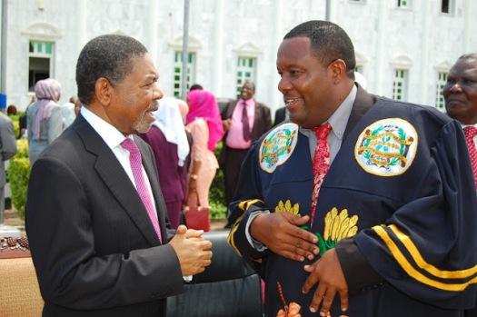 Rais wa Zanzibar na Mwenyekiti wa Baraza la Mapinduzi Dk Ali Mohamed Shein, akizungumza na Spika wa Baraza la Wawakilishi Mh. Zuberi Ali Maulid