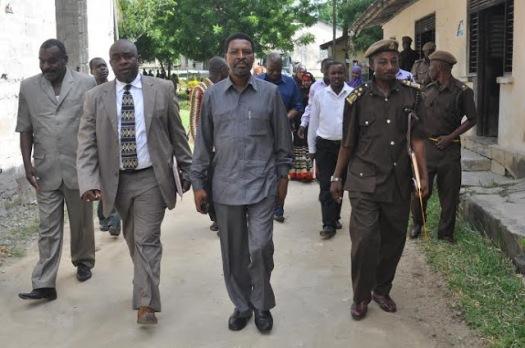 Jaji mkuu wa Zanzibar Mhe. Omar Othman Makungu (wa pili kulia) akifuatana na maafisa ya jeshi la Magereza huko Kisiwani Pemba